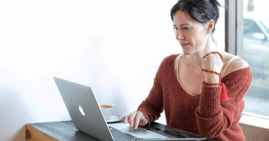lady at her laptop looking for the Best Free Coupon Sites